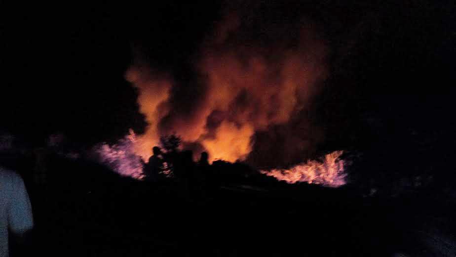 मुंबई-गोवा हायवेवर खेडजवळ भोस्ते घाटामध्ये एक केमिकलचा टँकर पलटी होऊन त्याचा प्रचंड स्फोट झाला. स्फोटानंतर आग