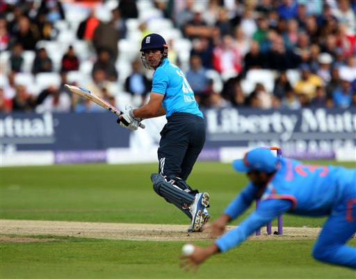 भारत विरूद्ध इंग्लंड, तिसरी वन-डेत कूकच्या बॅटला कट लागून स्लीपला बॉल अडवतांना भारतीय खेळाडू
