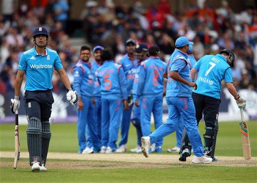 इंग्लंडचा कर्णधार कूक विकेट गेल्यानंतर परतताना