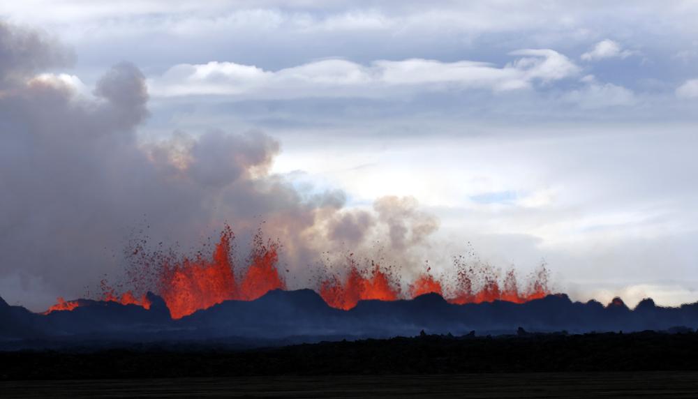 आइसलँडच्या ग्लेशियर येथे उसळल्या ज्वालामुखीच्या ज्वाला