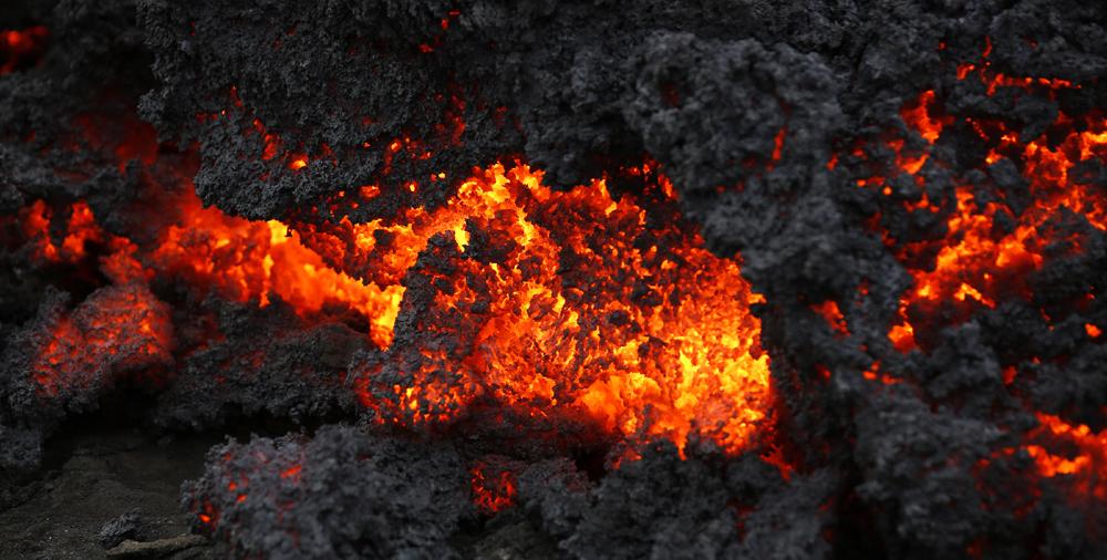 आइसलँडच्या ग्लेशियर येथे उसळलेल्या ज्वालामुखीचं जवळून घेतलेलं दृश्य