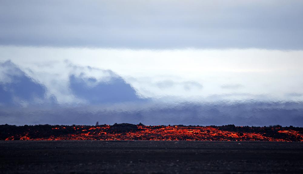 आइसलँडच्या उसळलेल्या ज्वालामुखीच्या धुरामुळे संपूर्ण आकाश झाकलं गेले