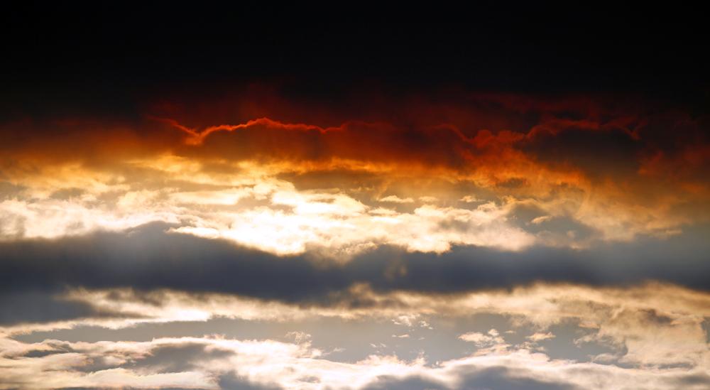 आइसलँडच्या उसळलेल्या ज्वालामुखीमुळे आकाशाचं रूपचं बदललं.