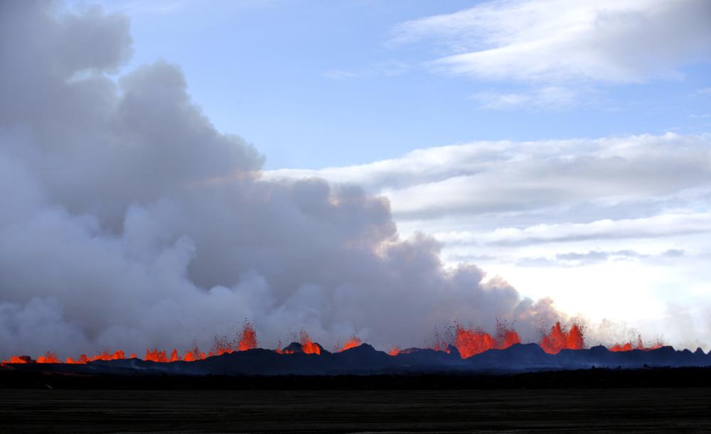 आइसलँडच्या उसळलेल्या ज्वालामुखीच्याधूर आणि लाव्हा उद्रेक