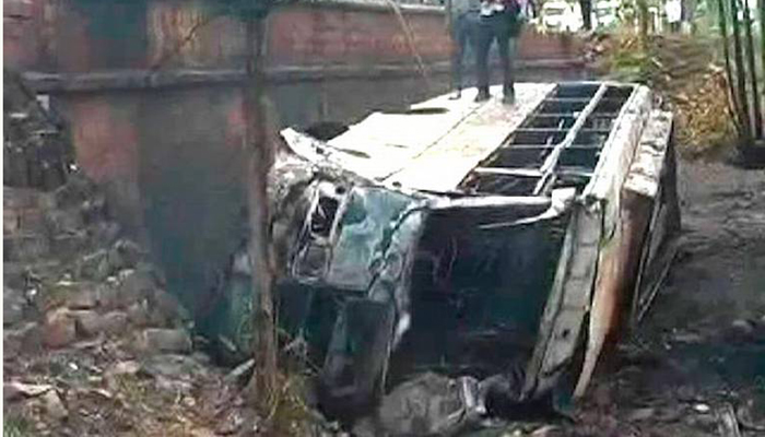पन्ना इथं बस पूलावरून पडली, 35 जणांचा जळून मृत्यू