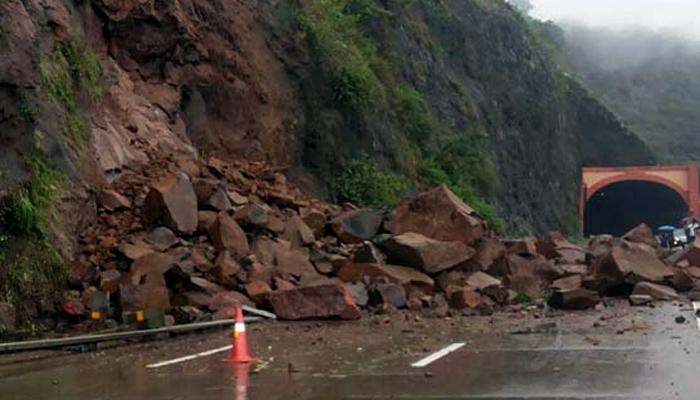 दरड कोसळल्याने मुंबई-पुणे महामार्गावरील वाहतूक विस्कळीत