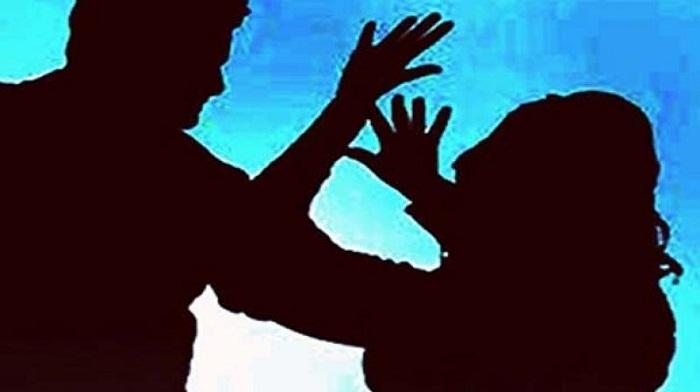ग्रामस्थांनी  मुलगी पळविणाऱ्या आरोपींसह पोलिसांना डांबले