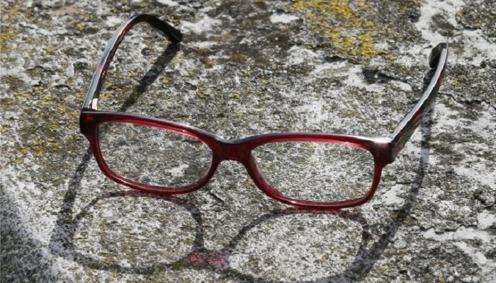 या उपायांनी महिन्याभरात घालवा चष्मा