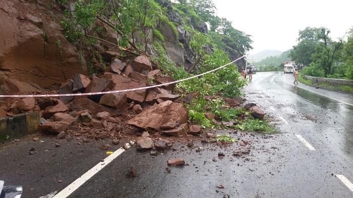 जुन्या कसारा घाटात दरड कोसळली, मुंबई-नाशिक वाहतूक धीमी