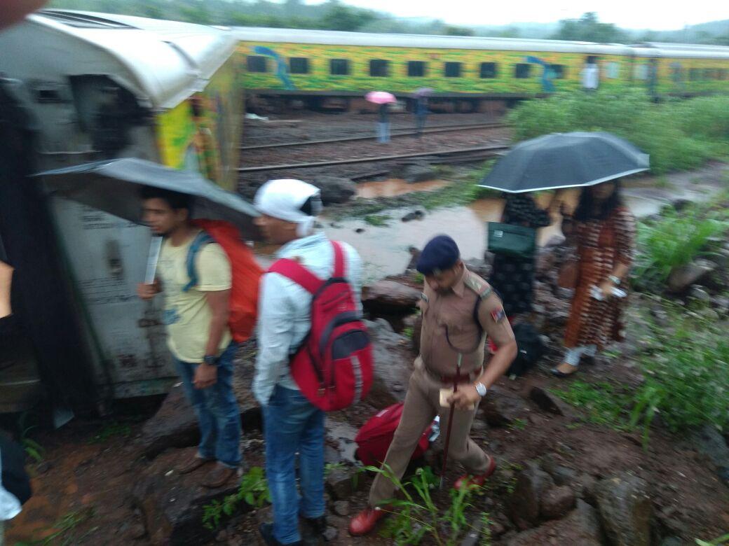 दुरांतो रेल्वे अपघात : ६ कामगार जखमी, अशी लोकल सेवा सुरु