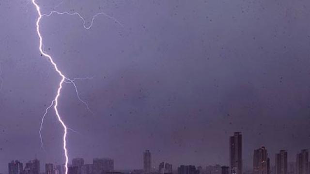 मुंबई आणि उपनगरात मध्यरात्री विजांच्या कडकडाटासह पाऊस