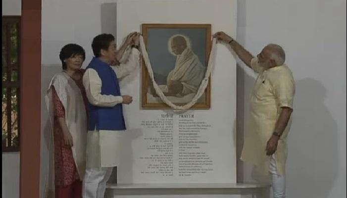 जपानचे पंतप्रधान शिंजो आबे यांनी सहपत्नीक महात्मा गांधींच्या प्रतिमेला केलं अभिवादन