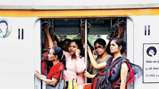 लोकलमध्ये जागा अडवणाऱ्या महिलांवर रेल्वे पोलिसांची कारवाई