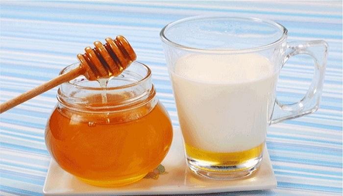दुधात मध मिसळून पिण्याचे फायदे