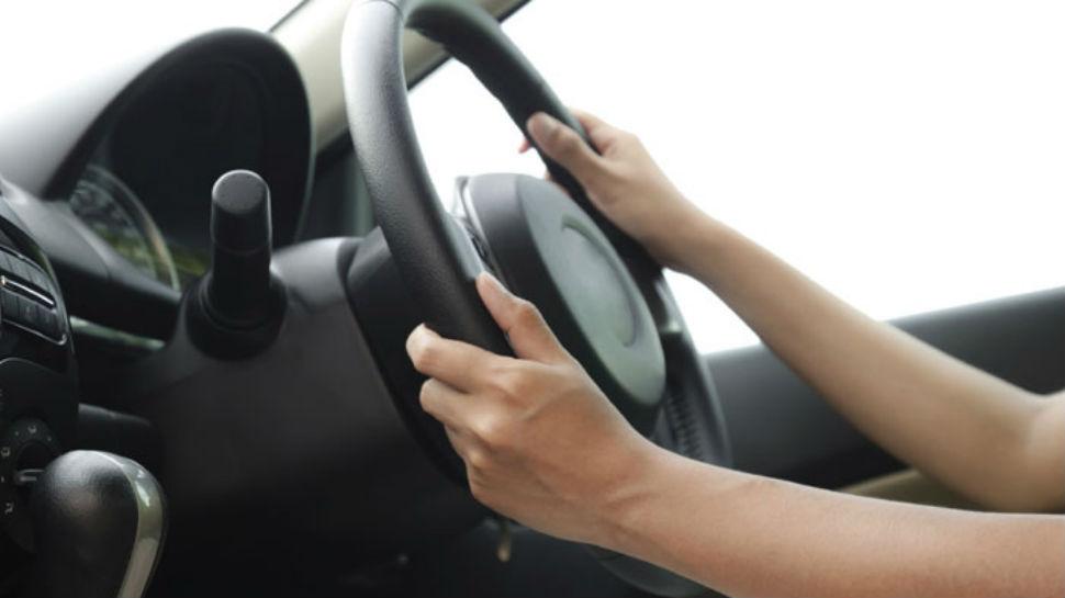 हेल्मेट घातले नाही म्हणून कार चालकाला ठोठावला दंड