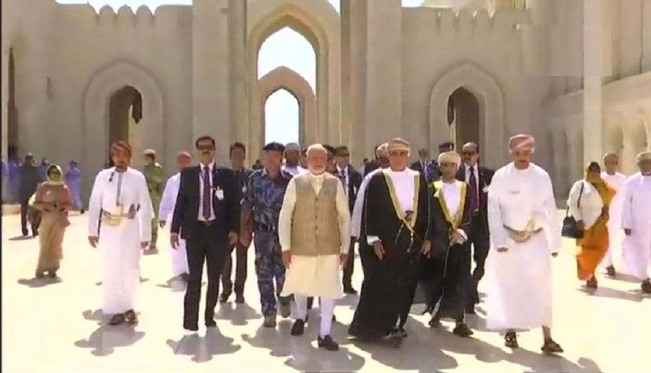 मस्कतच्या सुल्तान कबूस मशिदीला पंतप्रधान मोदींनी दिली भेट