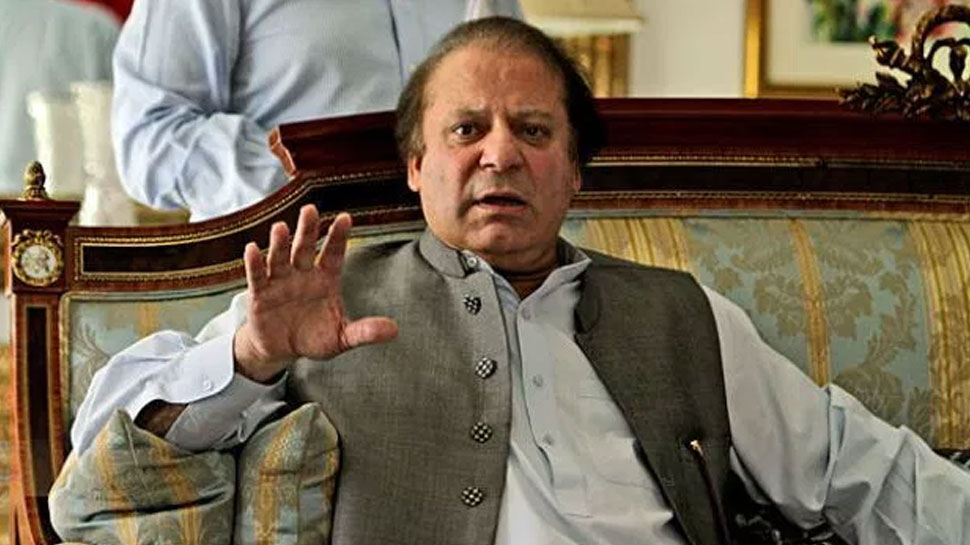 पाकिस्तानचे माजी पंतप्रधान नवाज शरीफ यांच्यावर बूट भिरकावला