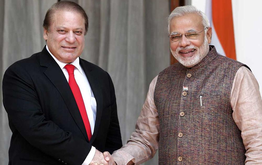 शपथग्रहणात उपस्थीत पाकिस्तानचे प्रधानमंत्री नवाज शरीफ यांची भेट घेतांना पंतप्रधान नरेंद्र मोदी