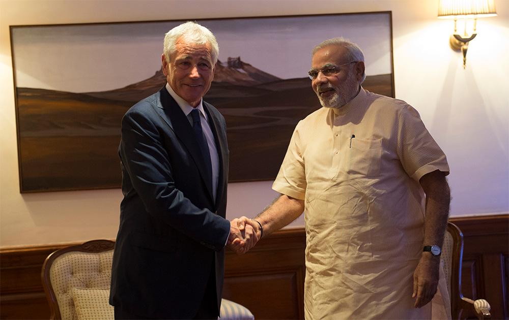 अमेरिकेचे रक्षा मंत्री चक हेगलची भेट घेतांना पंतप्रधान नरेंद्र मोदी