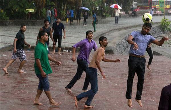 पावसाने मुंबई जलमय आणि धमालमस्ती