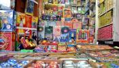फटाके दुकानांवर छापे, १ टनहून अधिक फटाके जप्त