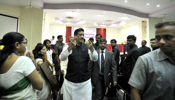 महाराष्ट्र सदनातील सुविधांबाबत चौकशी : सीएम