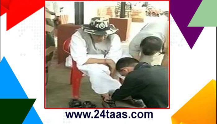 राजनाथ खुर्चीवर बसून; जवान चढवतायत पायांत बूट