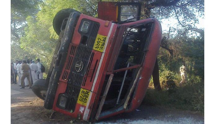 एसटी बसचा अपघात, १५  शाळकरी विद्यार्थी जखमी