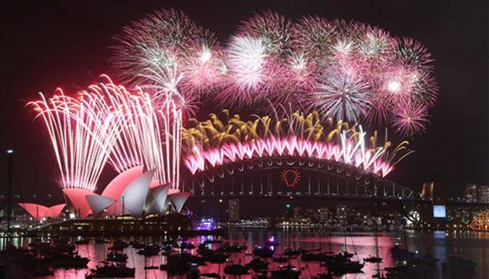 वेलकम 2015... आतिषबाजी, फुगे, उत्साह आणि शुभेच्छा!