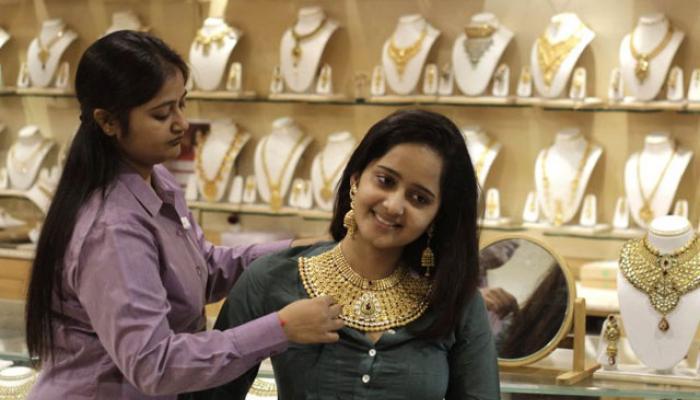 गुड न्यूज: सोन्यात २०० रुपयांनी, तर चांदीत १,५५० रुपयांनी घट