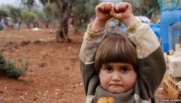 फोटोतील या लहानगीला कोणत्या भीतीने पछाडलंय