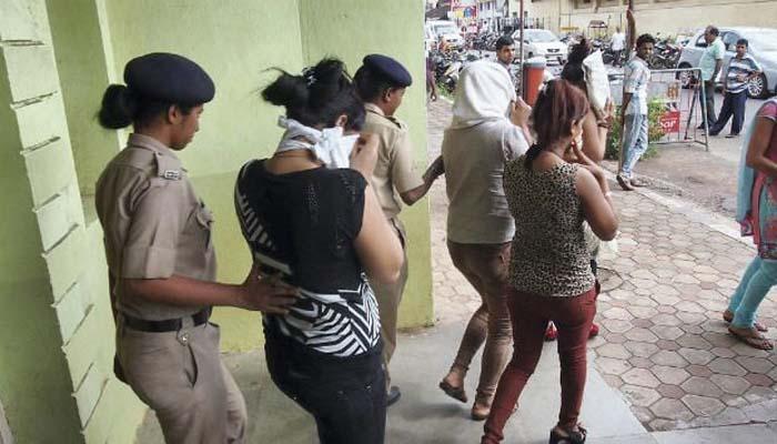 बारवर पोलिसांचा छापा, 26 मुली, 14 ग्राहक ताब्यात