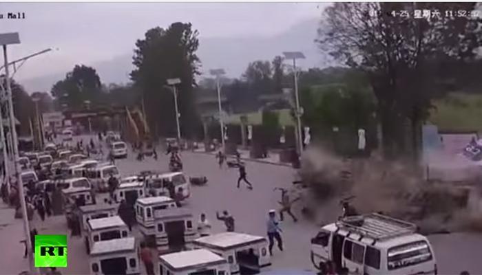 नेपाळ भूकंप... रस्त्यावर इमारत ट्रॅक्टरवर कोसळली दोन जण बचावले