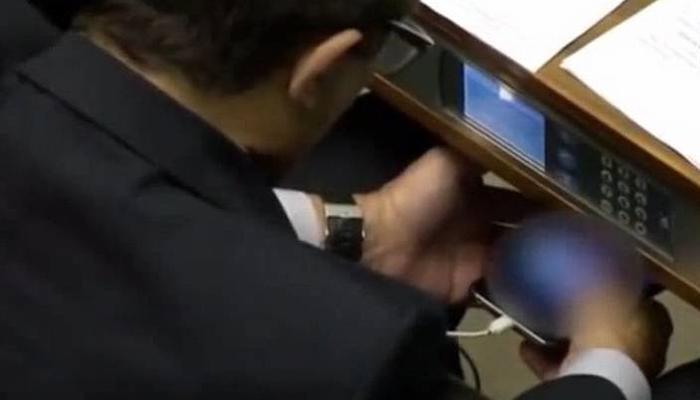 ब्राझील :  संसदेत मोबाईलवर पॉर्न पाहताना खासदार सापडला