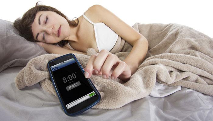 तुम्हीही सकाळी उठल्या-उठल्या मोबाईल चेक करता...?