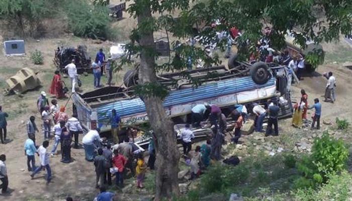 गोदावरी नदीच्या पात्रात बस कोसळून २२ ठार
