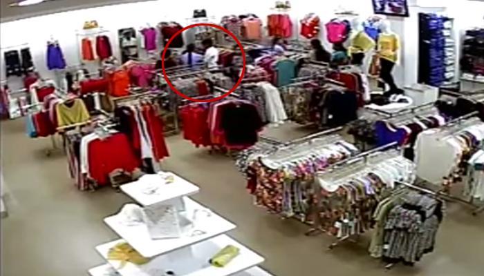 CCTV फूटेज : मॉलमध्ये घुसून प्रेयसीवर चाकू हल्ला; व्हिडिओ वायरल