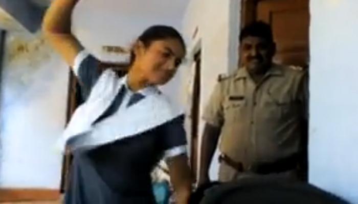पोलीस ठाण्यात मुलीने केली मुलाची धुलाई, पोलिसांनी केलेला  video व्हायरल
