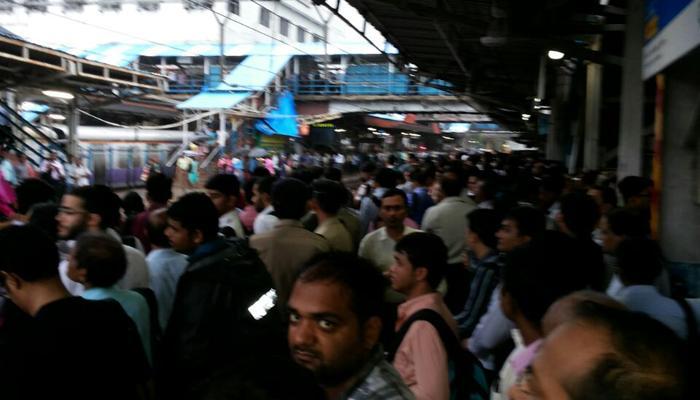 MUMBAI RAINS LIVE : तीनही मार्गावरील लोकल वाहतूक धीम्या गतीने