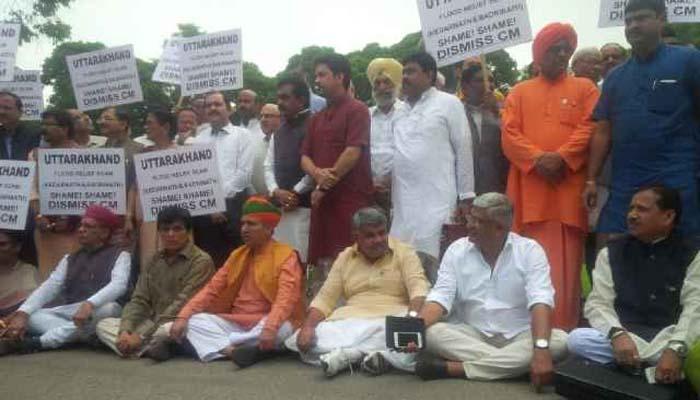 दिल्लीत भाजप खासदारांचे विरोधकांविरुद्ध निदर्शनं