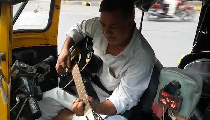 परिस्थितीनं पिचलेल्या रिक्षावाल्याची 'गिटार'भक्ती,  व्हिडिओ व्हायरल