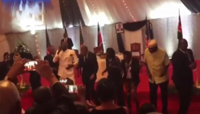 बराक ओबामा हे डान्स करतात तेव्हा...