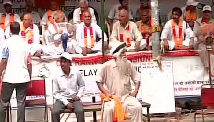 दिल्लीत पोलिसांकडून माजी सैनिकांना धक्काबुक्की