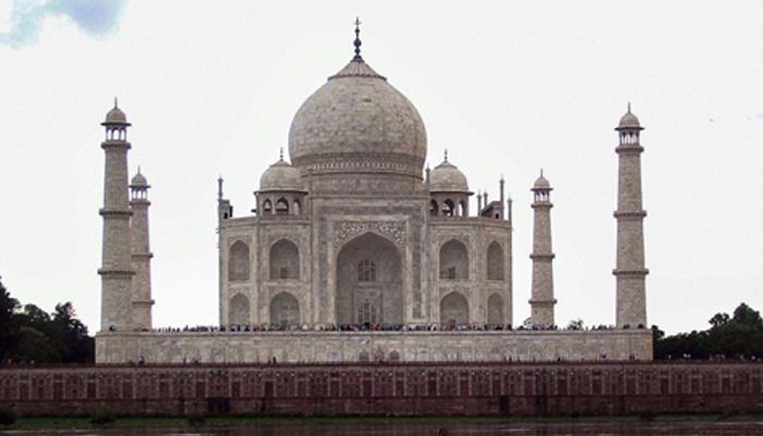 ताजमहलमध्ये घडली अप्रिय घटना, पर्यटक थोडक्यात बचावले