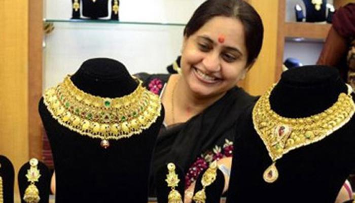 सोन्याच्या किमतीत घसरण, आता २६,७०० रुपये प्रति १० ग्राम