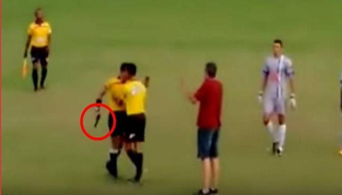 व्हिडिओ - मैदानात फुटबॉल खेळाडूनं मारली लाथ, रेफरीनं काढली बंदूक