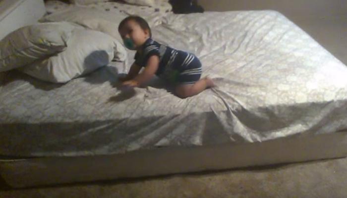 लहान बाळाने उंचावरून खाली न पडण्यासाठी केला उपाय