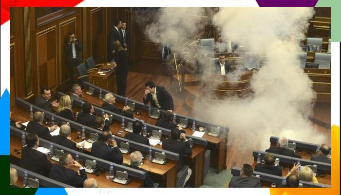 कोसोव्होच्या संसदेत खासदाराने फेकले अश्रू धूर बॉम्ब