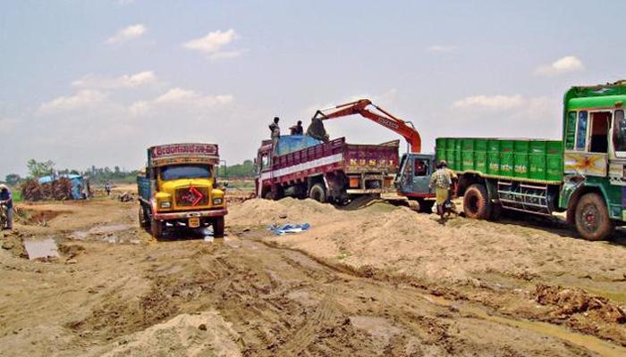 वाळू माफियांनी तहसिलदाराच्या अंगावर घातला ट्रक