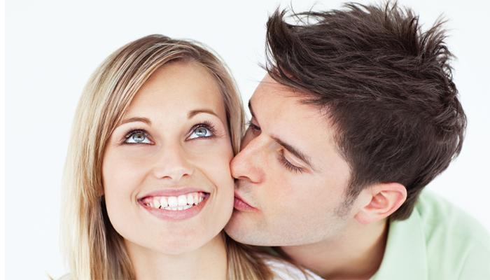 अरेरे! ऑफिसमध्ये पत्नीच्या गालावर किस केल्यानं गमावली नोकरी